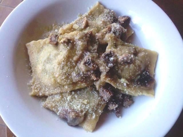ravioli ricotta e spinaci con crema di topinambur e funghi