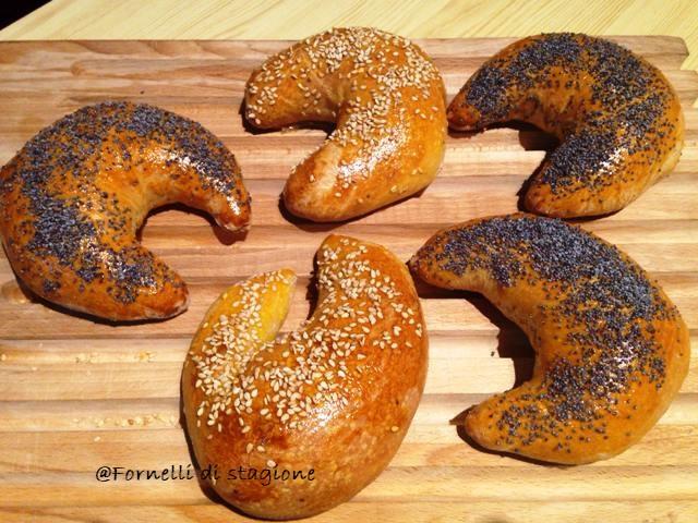 Pane fatto in casa: mezzelune ai semi di sesamo e papavero